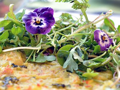 Kartoffelrösti aus dem Ofen mit Frühlingssalat