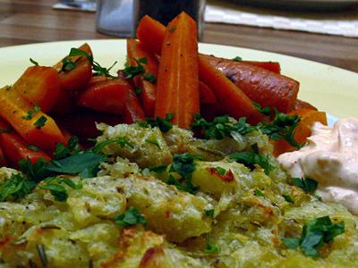 Kartoffelrösti mit Buttermöhren und Frischkäsedip