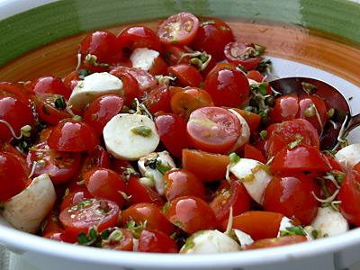 Kirschtomatensalat mit Mozzarella-Kügelchen