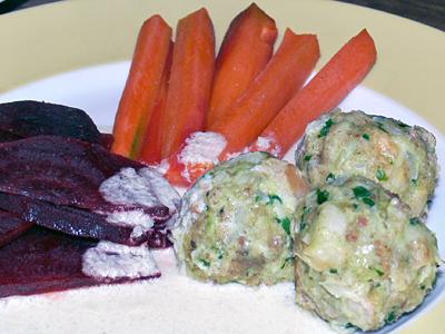 Knödel mit orange-rotem Gemüse und Seleriesauce