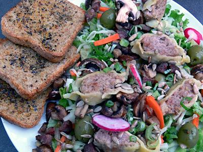 Großer Salatteller mit gebratenen Maultaschenscheiben und Gute-Laune-Toast